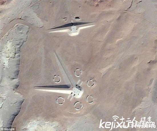 谷歌地图在埃及沙漠中拍到UFO基地 引网友猜测