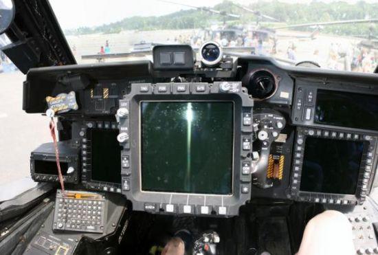"""荷兰装备的AH-64D直升机后期批次,其座舱已经实现全""""玻璃化"""",不过与美军现役或者台湾的AH-64E还有一些区别。由上述照片可见,李倩蓉事件中确为全新制造的AH-64E直升机座舱的首次曝光"""