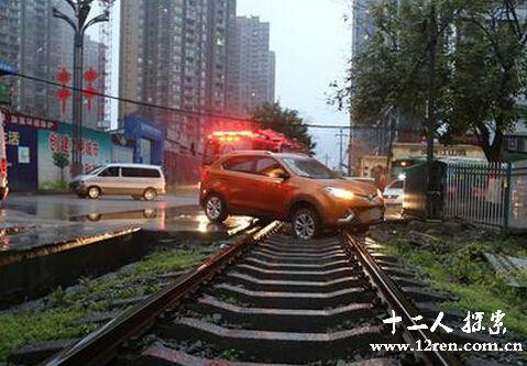 越野车被困铁路听到火车鸣笛 司机依赖导航不看路