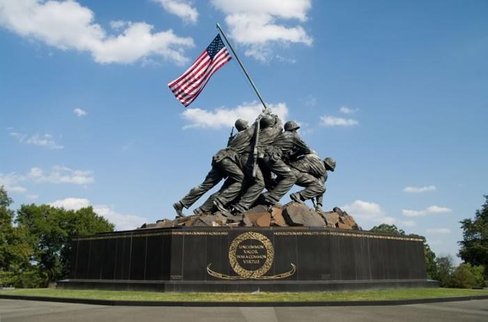 华盛顿纪念雕像以《国旗飘扬在硫磺岛上》照片为蓝本。 (12人探索频道报道)伊朗首都德黑兰最近出现了一幅时代广场规模的壁画。该壁画模仿美国着名的硫磺岛纪念碑,摆明车马嘲讽美国海军陆战队。 美国版本的纪念雕像以《国旗飘扬在硫磺岛上》的照片为蓝本,描绘美军在二次大战时终于拿下硫磺岛,美军在硫磺岛最高峰插上美国国旗。伊朗的版本却是,美军在一堆堆尸体上插旗;这些尸体看似伊朗人,但也代表全世界受到压迫的人。 推动伊朗民主的伊朗民主基金表示,这个反美壁画是伊朗政府最新宣传,目的是挑动对西方国家的不信任和仇视。 伊朗