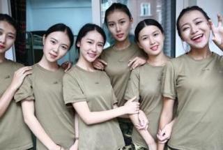 六姐妹迷倒网友 揭空乘六姐妹晒军训图迷倒网友【图组】