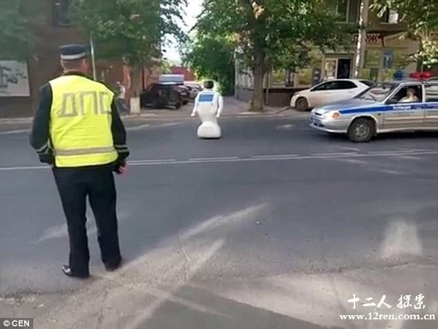 世界奇闻!工程师忘关门机器人Promobot出逃 没电后孤单站在大街上