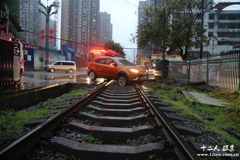 越野车被困铁路 消防官兵及时施救有惊无险