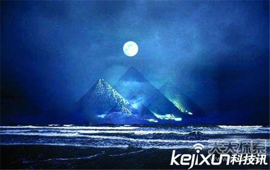 另一个巨大的金字塔位于亚特兰大水域下10000公尺深,托尼·本尼克的探险队说它上面有一个脉冲水晶。这个探险队同时发现了一个不透明的水晶碑,当光线照射的时候,上面的文字可以明显被看到。   在美国中心地带的尤卡坦半岛和路易斯安那州,更多的水底金字塔被发现,在佛罗里达海峡发现穹顶金字塔。一座大理石希腊式建筑的金字塔在佛罗里达和古巴之间被发现。辛克博士在巴哈马发现的能够辐射能量的圆柱物体,他同时出具了水下亚特兰蒂斯其它的史前古器物,他已经被国际经济人首脑史蒂夫·弗斯博革约见。