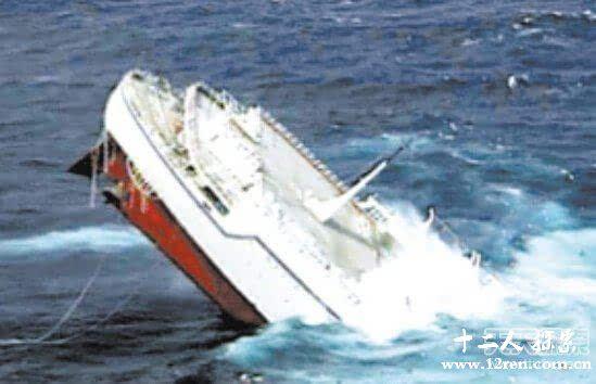 龙卷风说   在救援搜寻中,在根尼角岛以东300海里处,发现了一名黑人海员骑在一块木板上漂流。据他说,他们的船舶遇上了强大的风暴,舱盖被风掀掉了,海水涌满了货舱,仅仅5分钟以后,船就沉没了,除了这位黑人海员外,所有的人都葬身大海了。   根据上面二人的描述,估计只有海龙卷才会有这么巨大的破坏力。所以在海上航行的船舶,如果遇到海龙卷是难逃活命的。当然这种天气必须是偶然的.